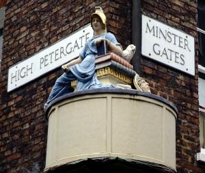 Eksempler på gateskilt i York