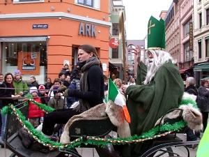 Grønnkledd gubbe i hestevogn = Paddy sjøl.