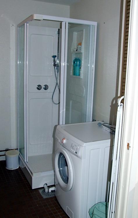 Dusjkabinett og vaskemaskin er på plass!