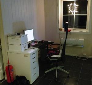 Skrivebord og pc er kjekt å ha på plass. Æresplass på kjøkkenet. Den infame varmepumpa i bakgrunnen.