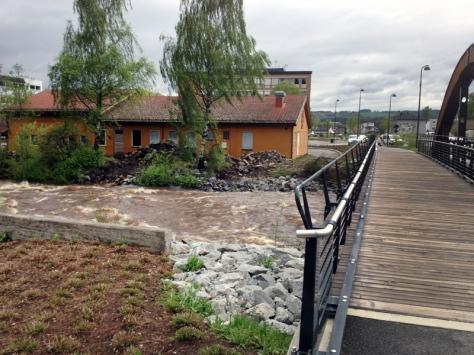 Brumunda - elva som går gjennom Brumunddal, har også vært ordentlig vill i vår. Under isløsning gikk det i hvert fall ei bro. Her er fra flommen i mai.