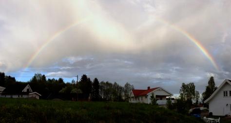Det har vært mye blandet vær, noe som innimellom fører til hyggelige syn; som denne regnbuen.