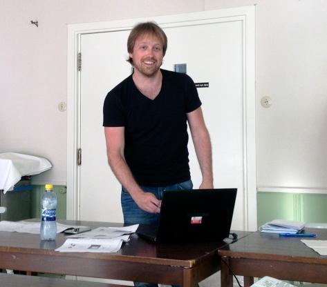 Jørgen Jelstad gjør seg klar til å holde foredrag for Norges ME-forening i Hedmark og Oppland.